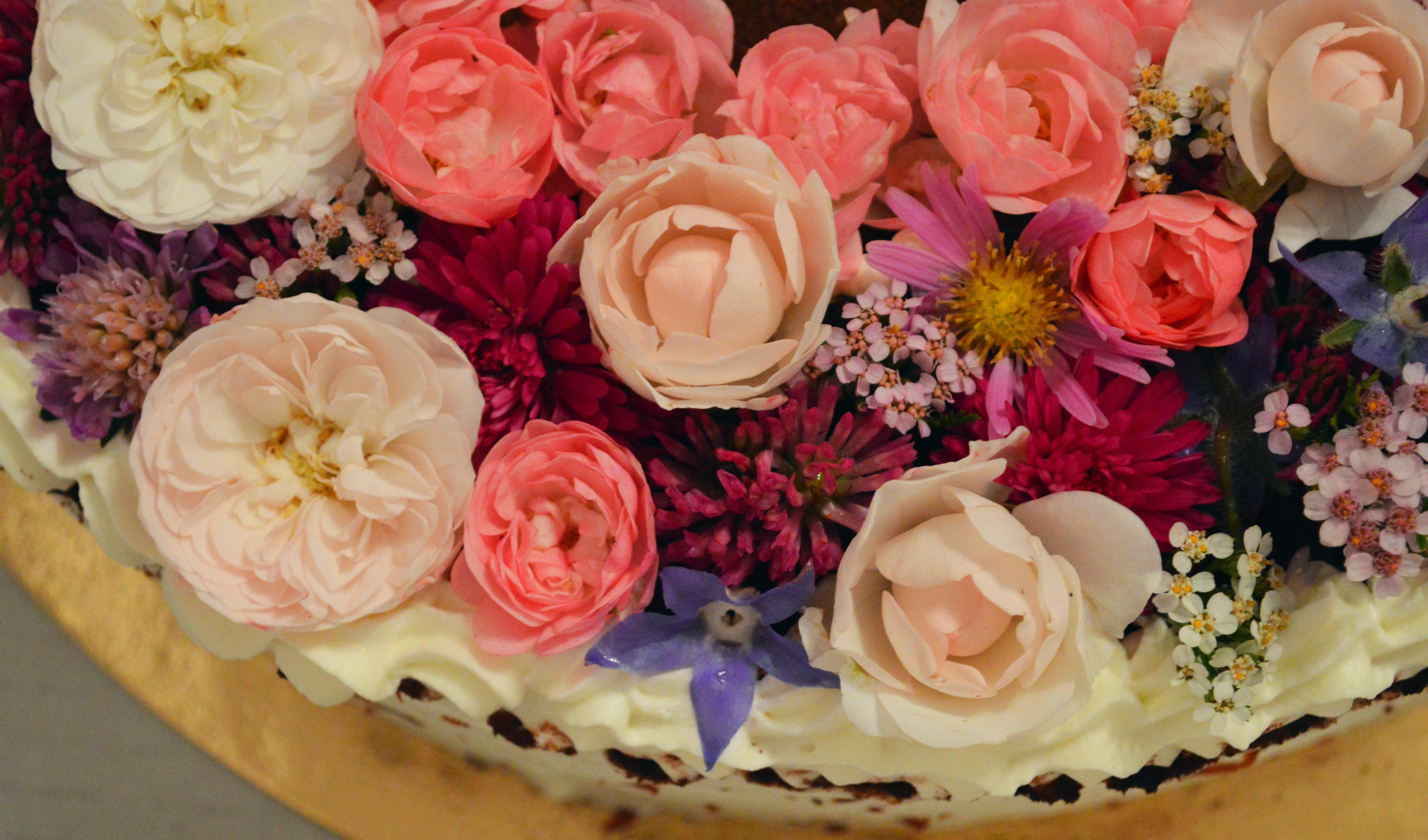 Kako okrasiti torto s cvetjem